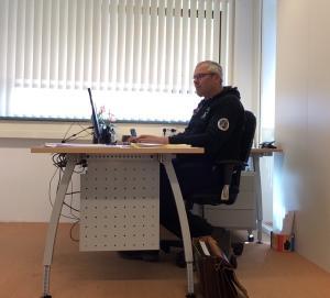 Zzp'er René Verschuren aan het werk in zijn kantoor in een bedrijfsverzamelgebouw