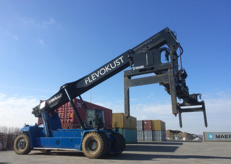 Eerste containers verladen via Flevokust Haven
