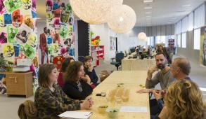 Minister Van Engelshoven op bezoek bij theatergezelschap BonteHond